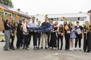 Schüler halten ihren Lehrer Jens Stasche in die Luft
